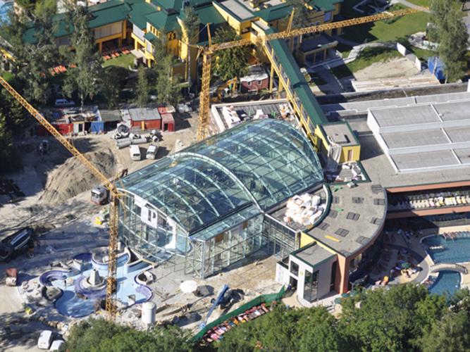 Stahlhaupttragwerk und Stahlpfosten-Riegelfassade